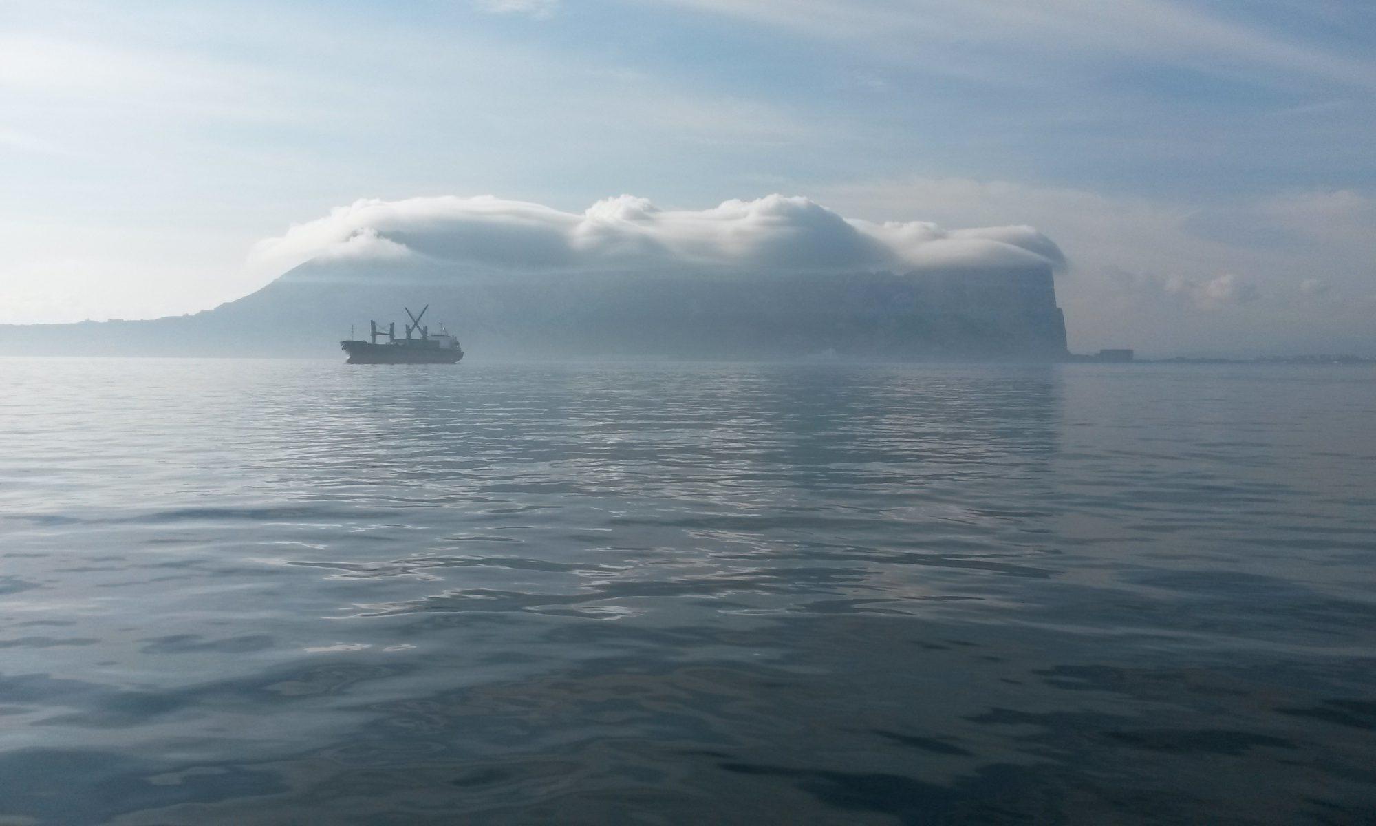 Gibraltar, der Affenfelsen voraus.