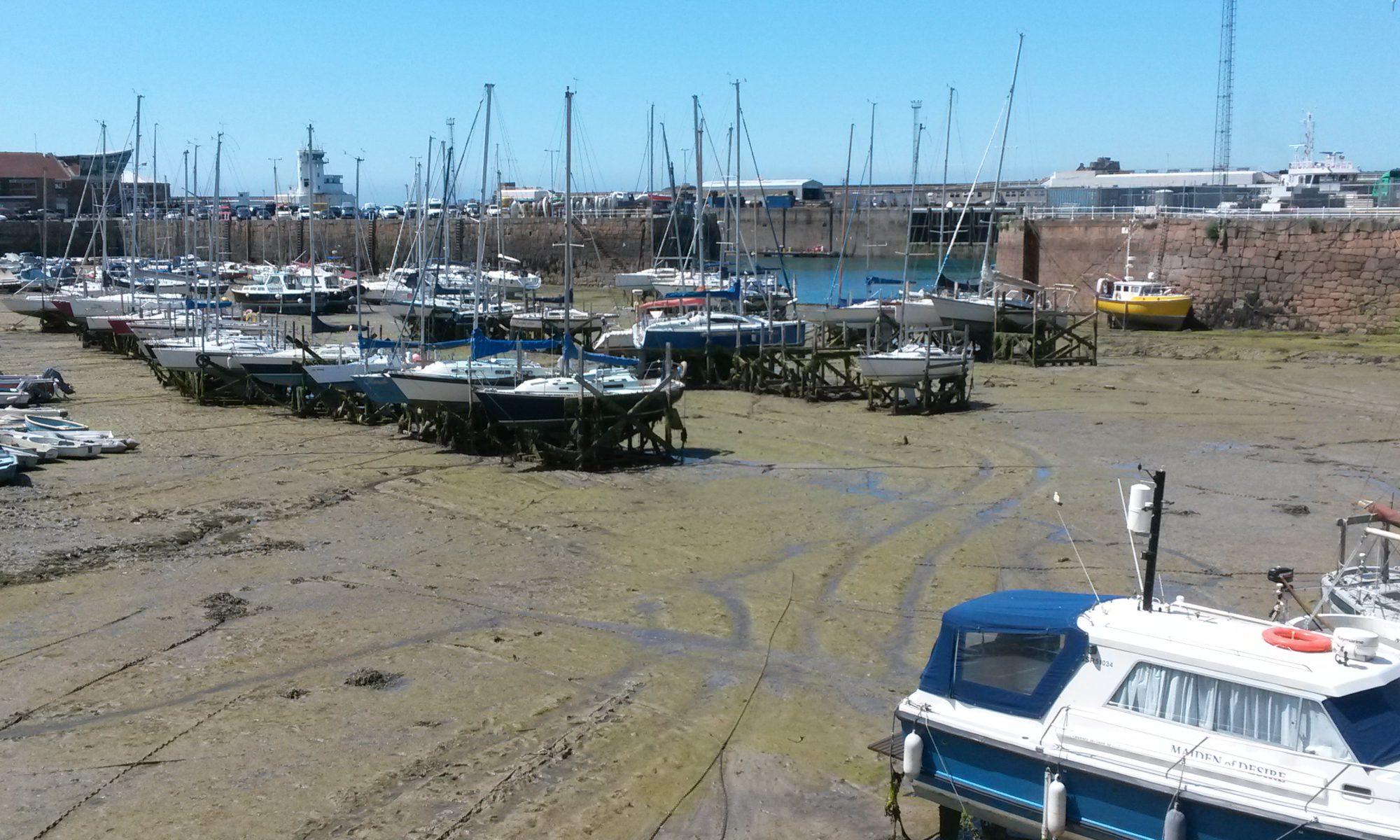 Schiffe auf Helgen bei Niedrigwasser